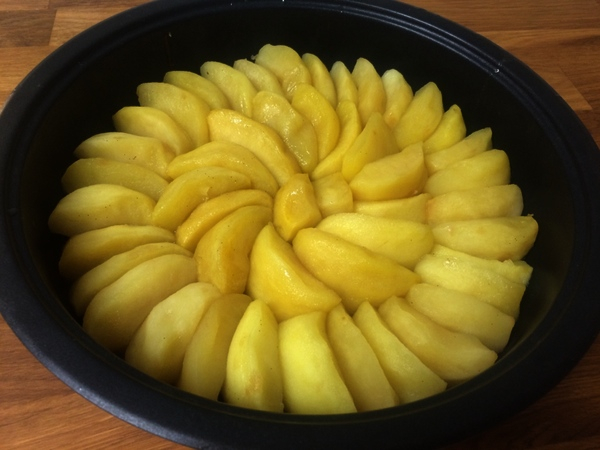 Place all the poached apples in the tin