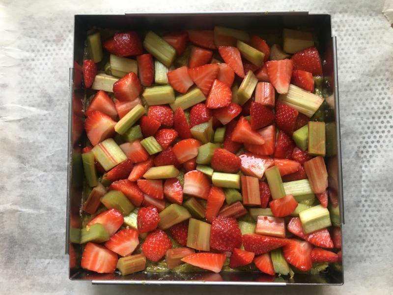 fraises et rhubarbe sur la crème de pistache
