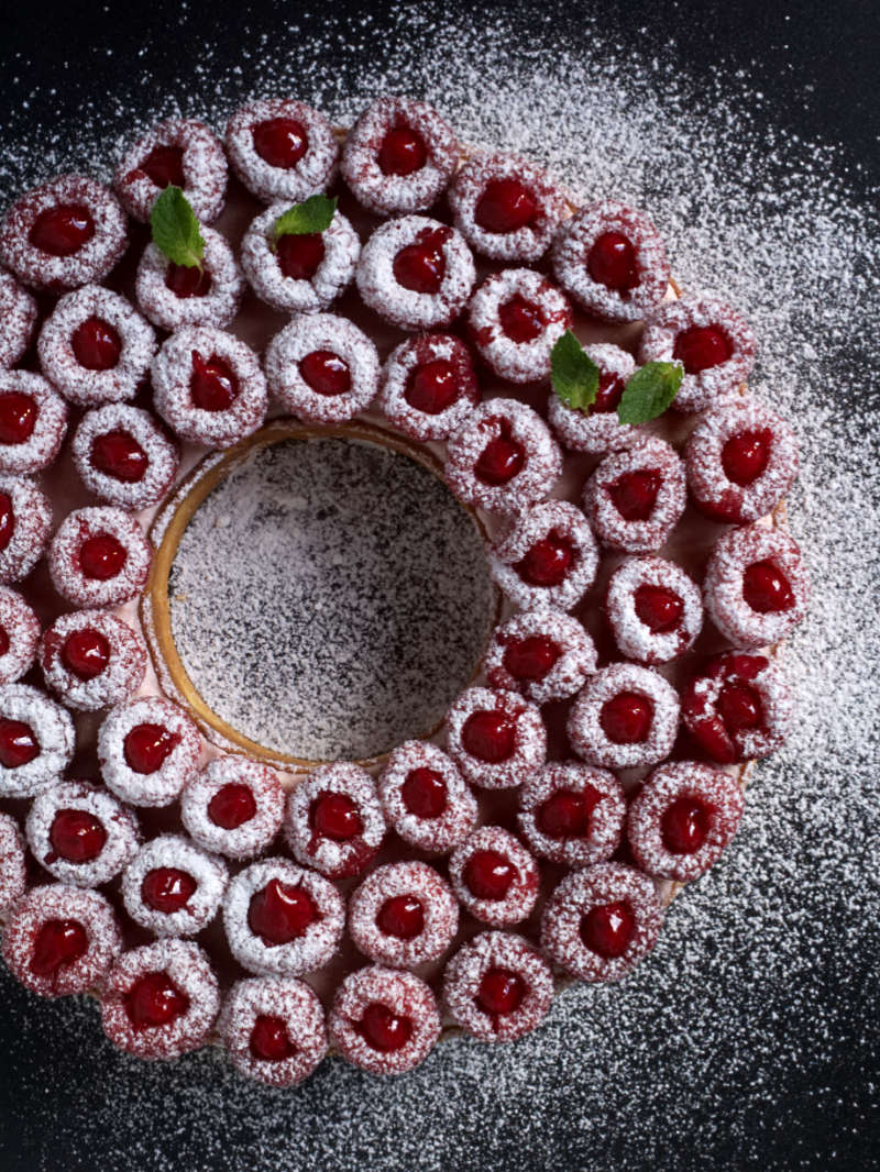 Discover Cyril Lignac's raspberry tart: a sweet shortcrust pastry covered with an almond cream, a light raspberry mascarpone cream, and fresh raspberries topped filled with raspberry compote. #raspberry #tart #nathaliebakes